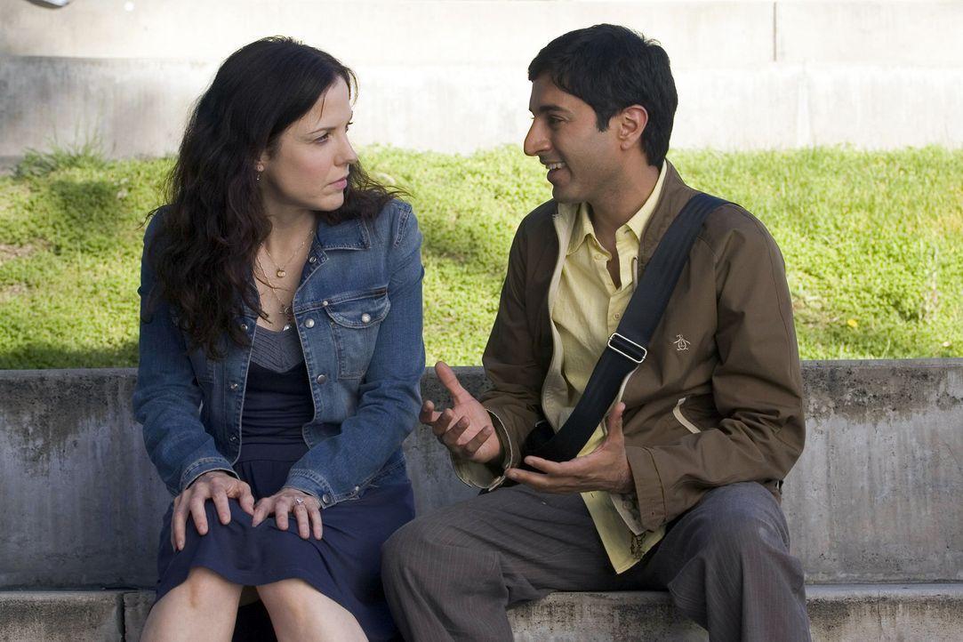 Nancy (Mary-Louise Parker, l.) ist total entsetzt, als sie erfährt das Sanjay (Maulik Pancholy, r.) mittlerweile kifft ... - Bildquelle: Lions Gate Television