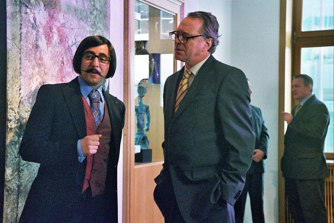"""René (Dieter Landuris, l.) gibt sich vor Dörring (Gerd Silberbauer, r.) als spanischer Milliardär Juan """"Paco"""" Martinez aus. Dörring ist im Besit... - Bildquelle: Sat.1"""