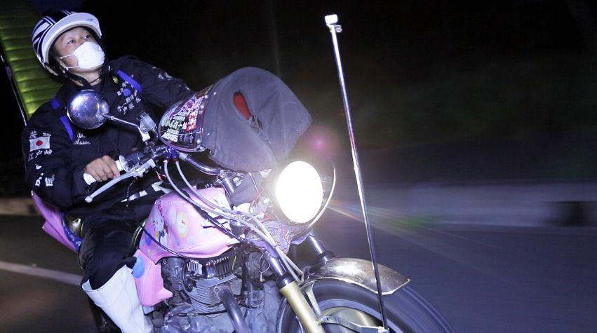 Bosozokus - junge Männer in Tokio bei illegalen Motorradrennen