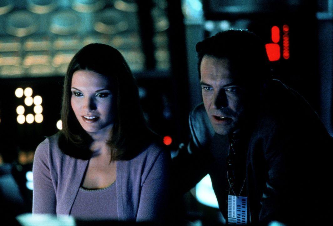 Die ahnungslose Valerie (Sacha Spencer) und ihr Finsterling-Boss Simon Westbourn (Toby Rolt) arbeiten an einem ganz speziellen Programm ... - Bildquelle: Kushner-Locke Company