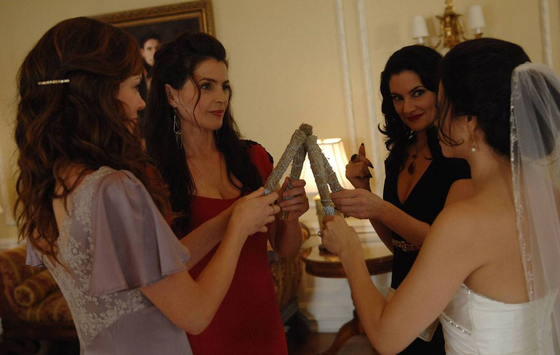 Während Joanna (Julia Ormond, 2.v.l.) und Wendy (Mädchen Amick, 2.v.r.) das Böse bekämpfen und Freya (Jenna Dewan-Tatum, r.) ihre Entscheidung  - Bildquelle: 2013 Lifetime Entertainment Services, LLC. All rights reserved.
