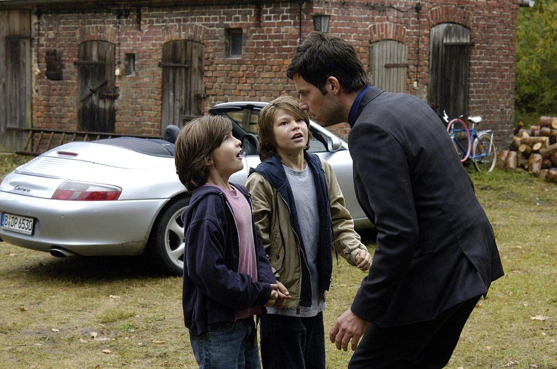 In Pit (Frederick Broecker, M.) und Flo (Fabian Broecker, l.) erkennt Leon (Tim Bergmann, r.) die Jungs wieder, die seinen Porsche beschädigt haben... - Bildquelle: Oliver Feist Sat.1