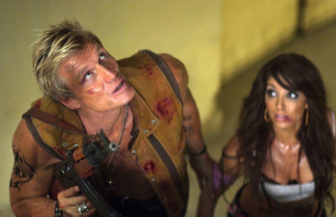 Kann Joe (Dolph Lundgren, l.) die erfolgreiche Sängerin Venus (Melissa Molinaro, r.) aus der Hand ihrer Entführern retten? - Bildquelle: Nu Image