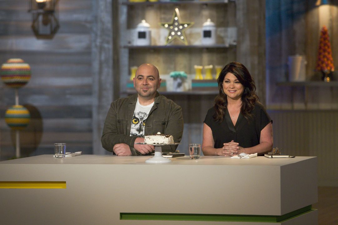 Duff Goldman (l.) und Valerie Bertinelli (r.) sind gespannt, was diese Woche auf sie zukommen wird - schließlich sollen die jungen Bäcker mit scharf... - Bildquelle: Adam Rose 2015, Television Food Network, G.P.  All Rights Reserved.