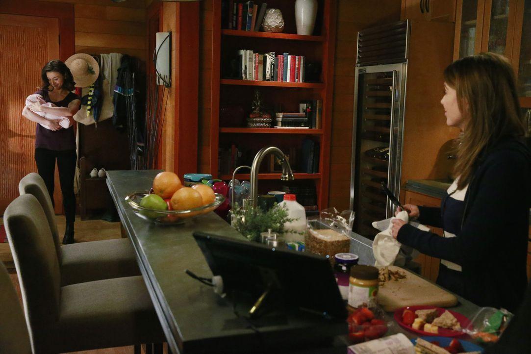 Gemeinsam versuchen sie, den Tod von Derek zu verarbeiten: Meredith (Ellen Pompeo, r.) und Amelia (Caterina Scorsone, l.) ... - Bildquelle: ABC Studios