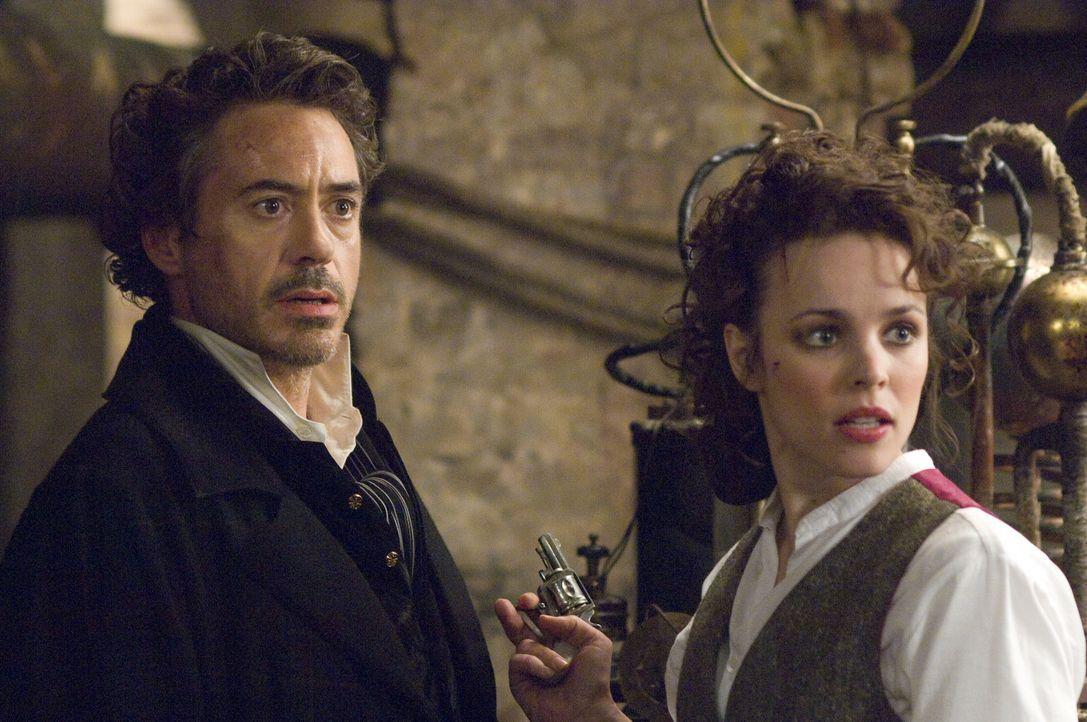 Seine Beziehung zu der schönen Amerikanerin Irene Adler (Rachel McAdams, r.) ist das einzige Rätsel, das er nicht lösen kann: Meisterdetektiv She... - Bildquelle: Warner Brothers