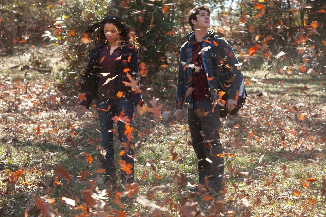 Arbeiten zusammen um einen bestimmten Zauber zu finden: Bonnie (Katerina Graham, l.) und Jeremy (Steven R. McQueen, r.) ... - Bildquelle: Warner Bros. Television