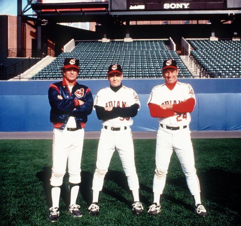 Rick Vaughn (Charlie Sheen, M.), Taylor (Tom Berenger, l.) und Roger Dorn (Corbin Bernsen, r.) wollen endlich mal wieder gewinnen ... - Bildquelle: Warner Bros.