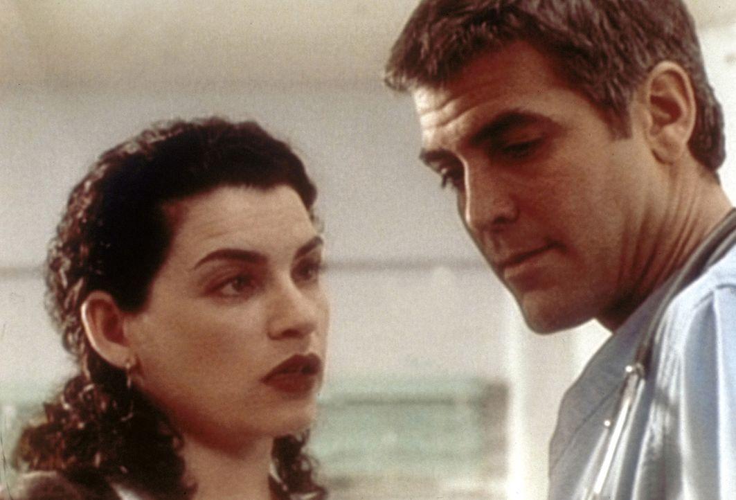 Dr. Ross (George Clooney, r.) steckt in der Zwickmühle. Auch Hathaway (Julianna Margulies, l.) kann dem Kinderarzt nicht helfen. - Bildquelle: TM+  WARNER BROS.