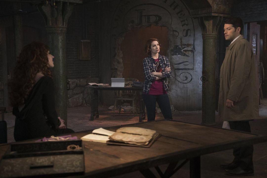 Castiel (Misha Collins, r.) versucht, zu vermitteln, als Rowena (Ruth Connell, l.) und Charlie (Felicia Day, M.) gemeinsam am Buch der Verdammten ar... - Bildquelle: 2016 Warner Brothers