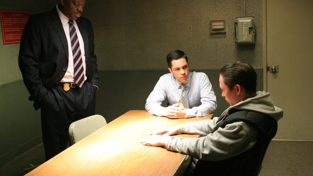 Det. Scott Valens (Danny Pino, M.) und Det. Will Jeffries (Thom Barry, l.) ve...