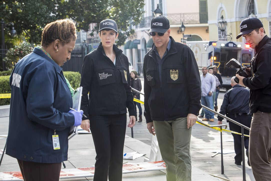 Versuchen gemeinsam, einen Mordfall aufzuklären: Special Agent Pride (Scott Bakula, 2.v.r.), Special Agent Brody (Zoe McLellan, 2.v.l.), Special Age... - Bildquelle: 2014 CBS Broadcasting Inc. All Rights Reserved.