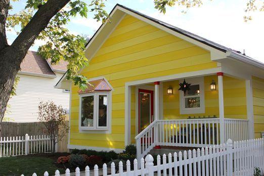 Mina und Karen wagen eine kostspielige Investition, als sie ein Haus in beste...