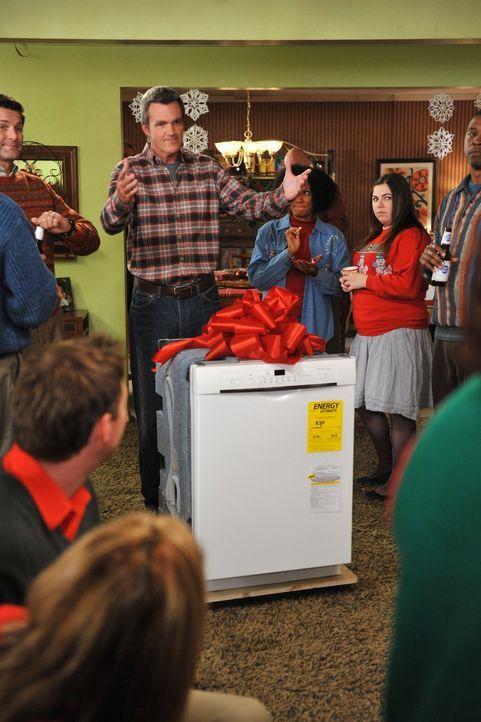 Mike (Neil Flynn, M.) schenkt Frankie einen Geschirrspüler zu Weihnachten. Dabei wäre sein Vorhaben fast aufgeflogen. Sue hofft unterdessen auf die... - Bildquelle: Warner Brothers