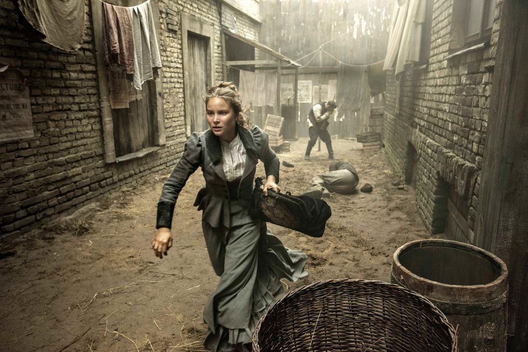 London, 1888: Was die junge Fotografin Anna Kosminski (Sonja Gerhardt) nach ihrer Ankunft aus Hamburg erwartet, gleicht einem Albtraum: Ihre Mutter... - Bildquelle: Algimantas Babravicius SAT.1
