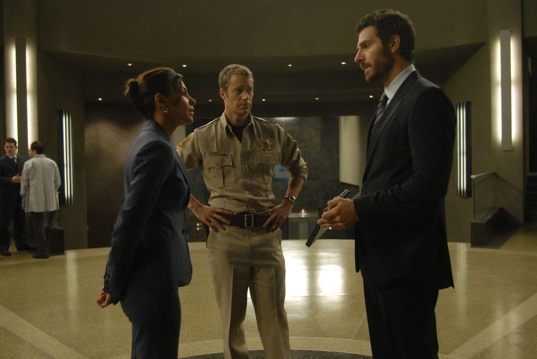 Jack Carter (Colin Ferguson, M.) ist froh, denn der ebenfalls verstrahlte Dr. Stark (Ed Quinn, r.) konnte im letzten Augenblick noch gerettet werden... - Bildquelle: Universal Television