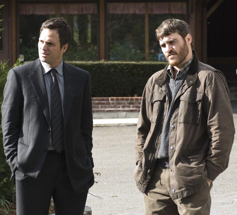 Die Ermittlungen nach dem Unfallfahrer kommen nur schleppend voran. Deshalb nimmt sich Professor Ethan Learner (Joaquin Phoenix, r.) einen Anwalt, d... - Bildquelle: TOBIS Film