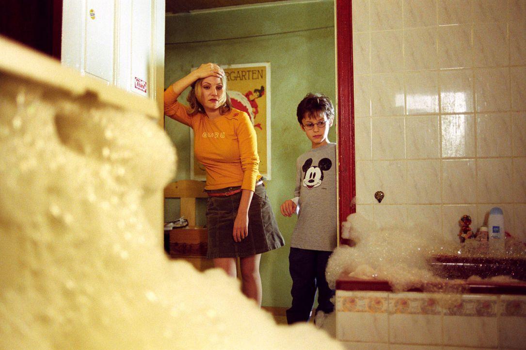 Als wäre nicht alles schon schlimm genug: Die Waschmaschine gibt auch noch ihren Geist auf und Leslie (Eva Hassmann, l.) und Jonas (Dario Fosca, r.)... - Bildquelle: Sat.1