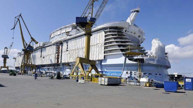 Das teuerste und größte Kreuzfahrtschiff aller Zeiten sticht zu seiner  Jungf...