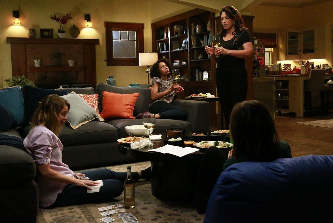 Mädchenabend: Maggie (Kelly McCreary, 2.v.l.), Meredith (Ellen Pompeo, l.), Amelia (Caterina Scorsone, r.) und Callie (Sara Ramirez, 2.v.r.) ... - Bildquelle: Mitchell Haaseth ABC Studios