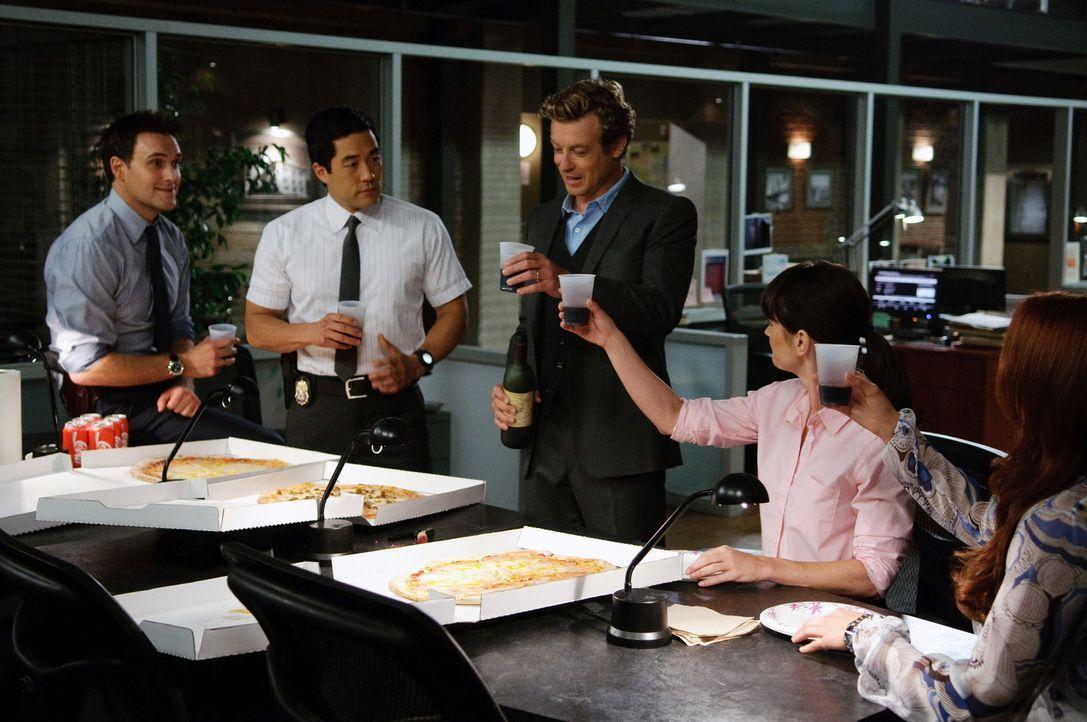 Gemeinsam versuchen sie, komplizierte Mordfälle zu lösen: Wayne Rigsby (Owain Yeoman, l.), Teresa Lisbon (Robin Tunney, 2.v.r.), Patrick Jane (Simon... - Bildquelle: Warner Bros. Television