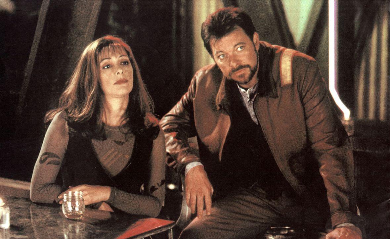 Deanna Troi (Marina Sirtis, l.) und Commander Riker (Jonathan Frakes, r.) machen in der Vergangenheit eine seltsame Entdeckung ... - Bildquelle: Paramount Pictures