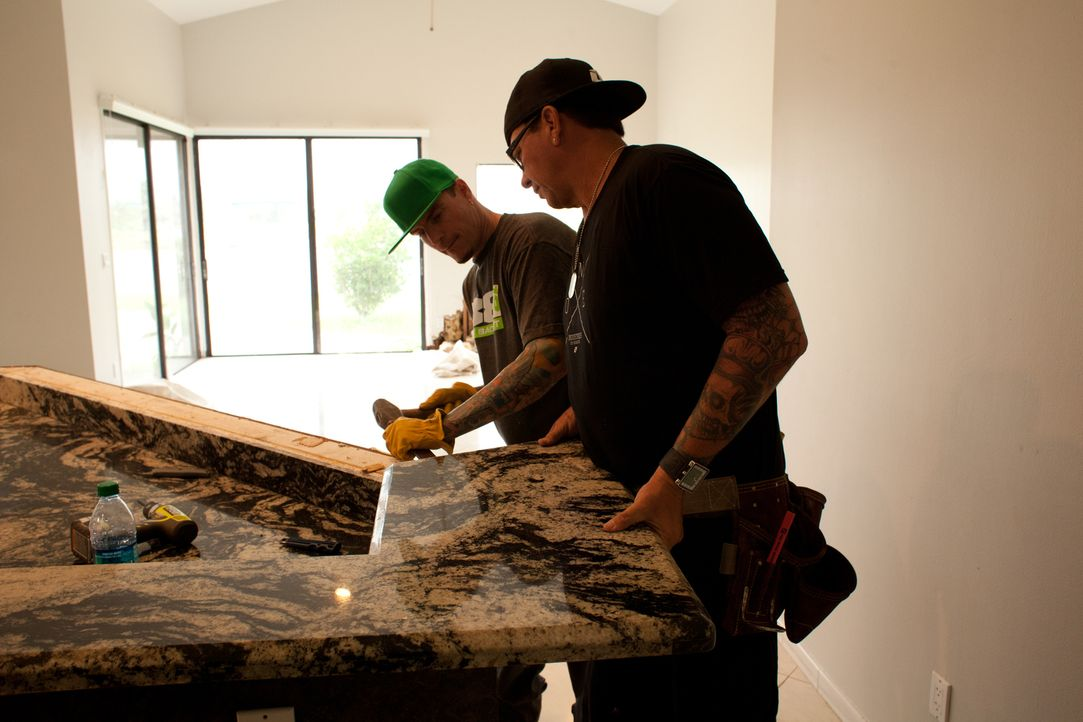 Rapper Vanilla Ice (l.) möchte zusammen mit seinem engagierten Handwerker-Team, Häuser von Grund auf erneuern und in wahre Wohlfühloasen verwandeln.... - Bildquelle: 2014, DIY Network/Scripps Networks, LLC. All Rights Reserved.