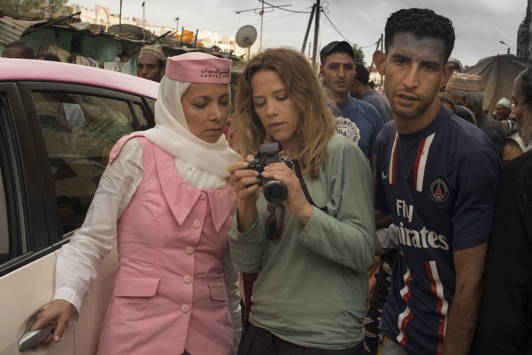 Mit Hilfe der selbstbewussten Taxifahrerin Muaba (Sandra Cervik, l.) lernt Verena (Alexandra Neldel, M.) auch die ärmeren Stadtteile Dubais kennen.... - Bildquelle: Sylvia Zeitlinger SAT.1