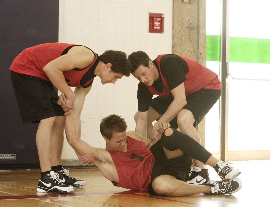 Bei einem wichtigen Basketballspiel verletzt sich Declan (Chris Olivero, M.). Kyle (Matt Dallas, l.) und Charlie (Cory Monteith, r.) kümmern sich u... - Bildquelle: TOUCHSTONE TELEVISION