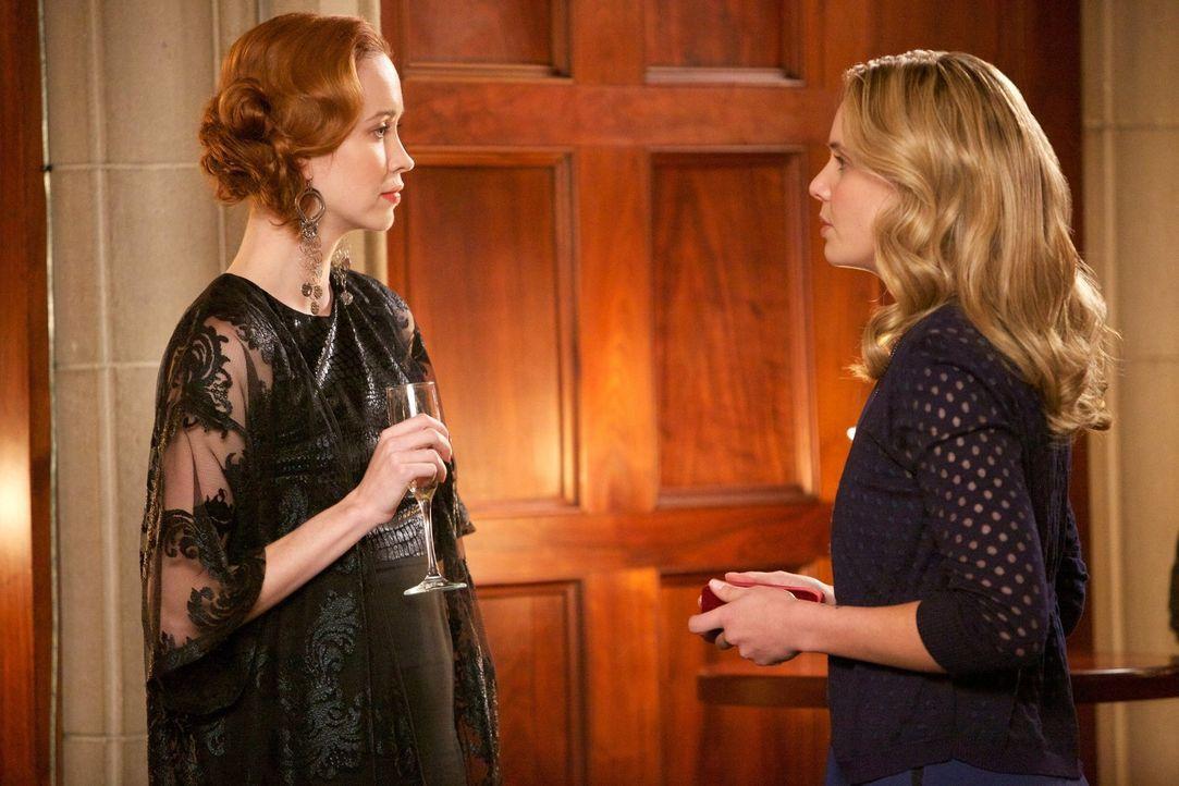 Will und kann Genevieve (Elyse Levesque, l.) der verzweifelten Camille (Leah Pipes, r.) helfen? - Bildquelle: Warner Bros. Television