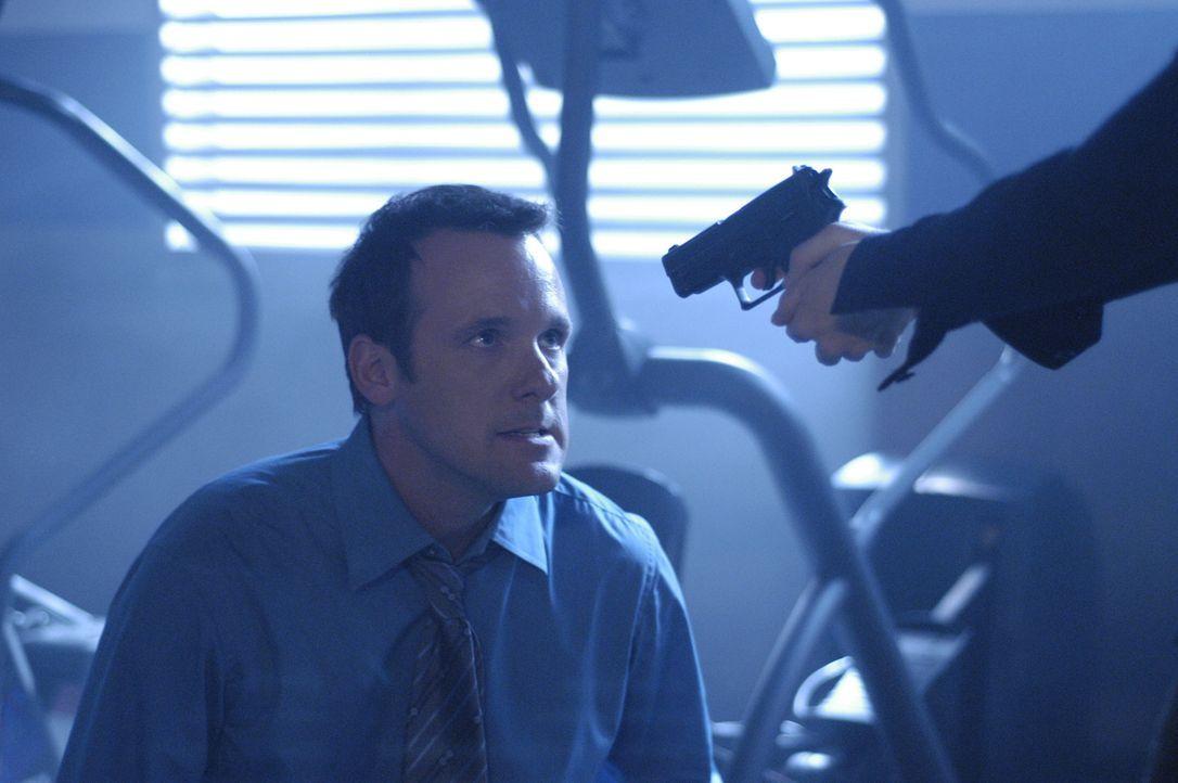 """Nachdem im NTAC Center die """"Bombe des Zorns"""" gezündet wurde, wird Dr. Hudson (Tom Verica) auch noch mit einer Waffe bedroht ... - Bildquelle: Viacom Productions Inc."""