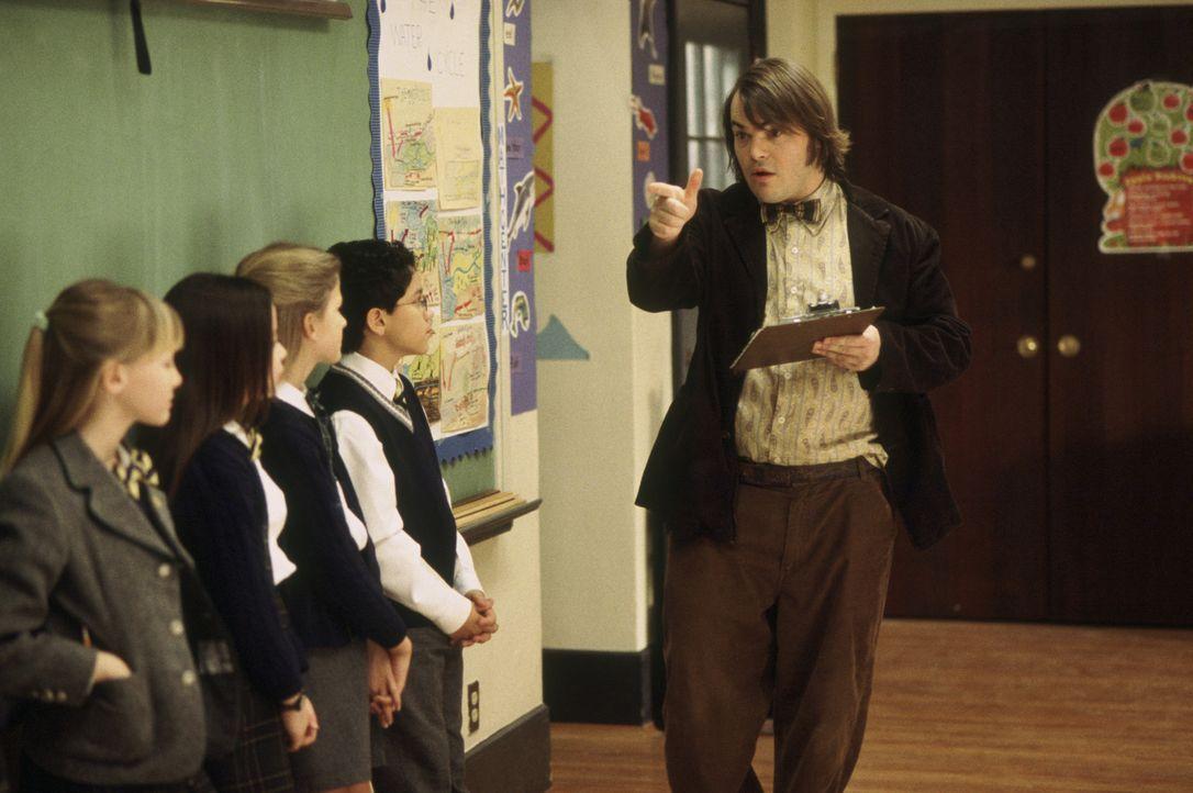 Nachdem er seine Zöglinge beim Musizieren gehört hat, kommt Dewey Finn (Jack Black, r.) eine Idee: Er gründet mit ihnen eine Rockband, mit der er... - Bildquelle: Paramount Pictures