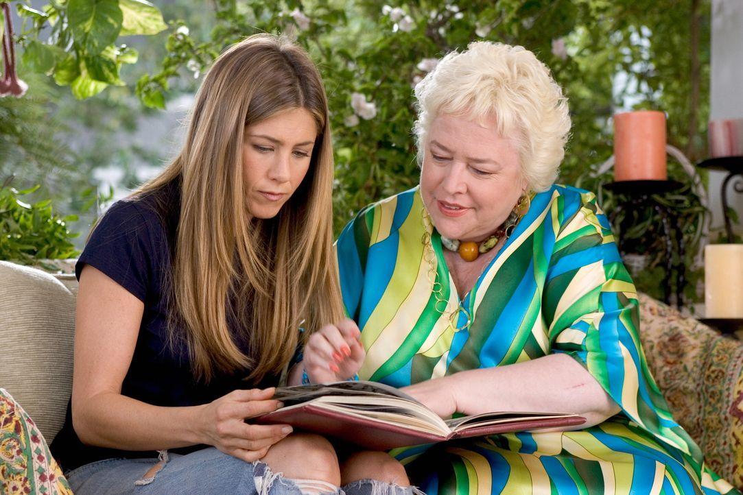 Seit Sarah (Jennifer Aniston, l.) von ihrer Grandma erfahren hat, dass ihre Mutter kurz vor ihrer Hochzeit für kurze Zeit verschwunden war, steht ih... - Bildquelle: Warner Bros. Pictures