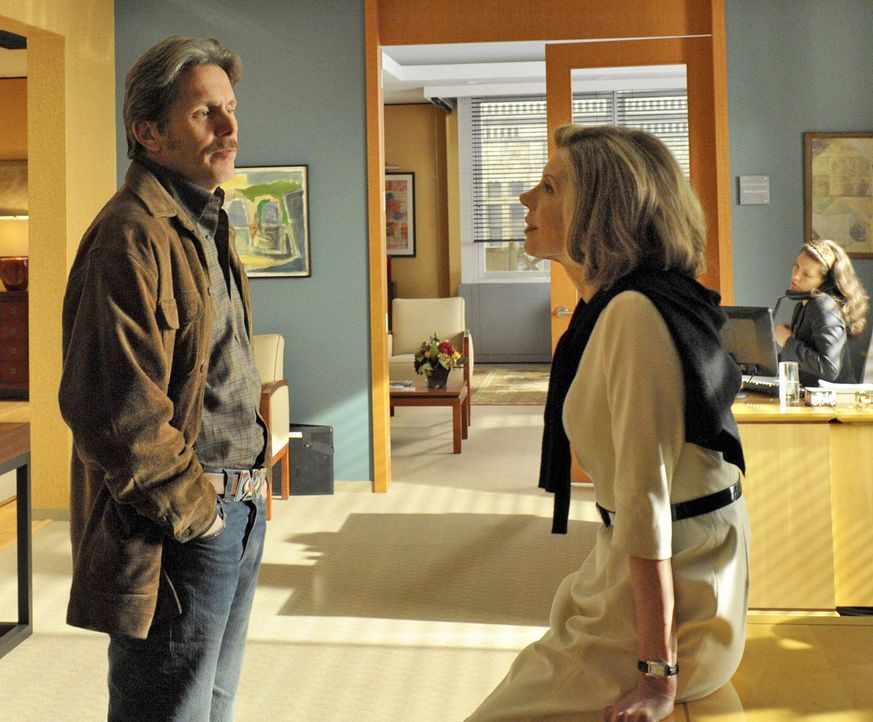 Handeln sich ziemlich großen Ärger ein: Diane (Christine Baranski, r.) und der neue Ballistikexperte der Verteidigung Kurt McVeigh (Gary Cole, l.)... - Bildquelle: CBS Studios Inc. All Rights Reserved.
