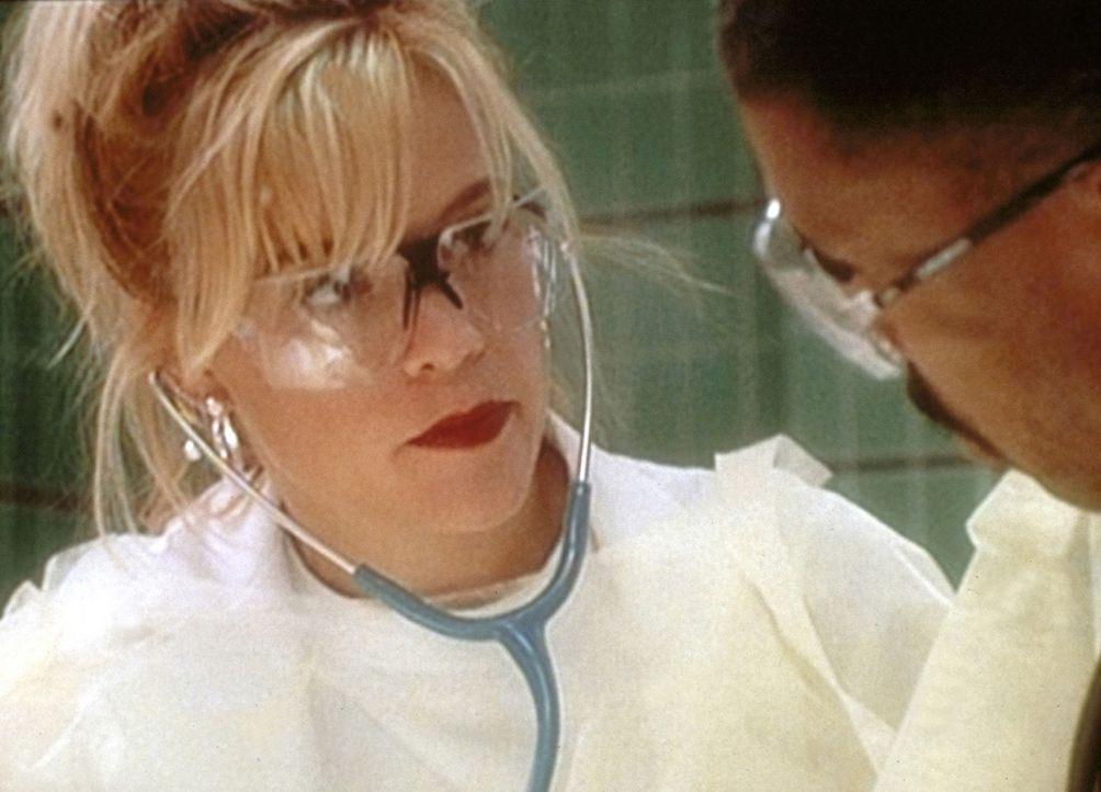 Harper (Christine Elise, l.) tröstet Dr. Benton (Eric LaSalle, r.), dem es nicht gelang, ein kleines Mädchen zu retten. - Bildquelle: TM+  WARNER BROS.