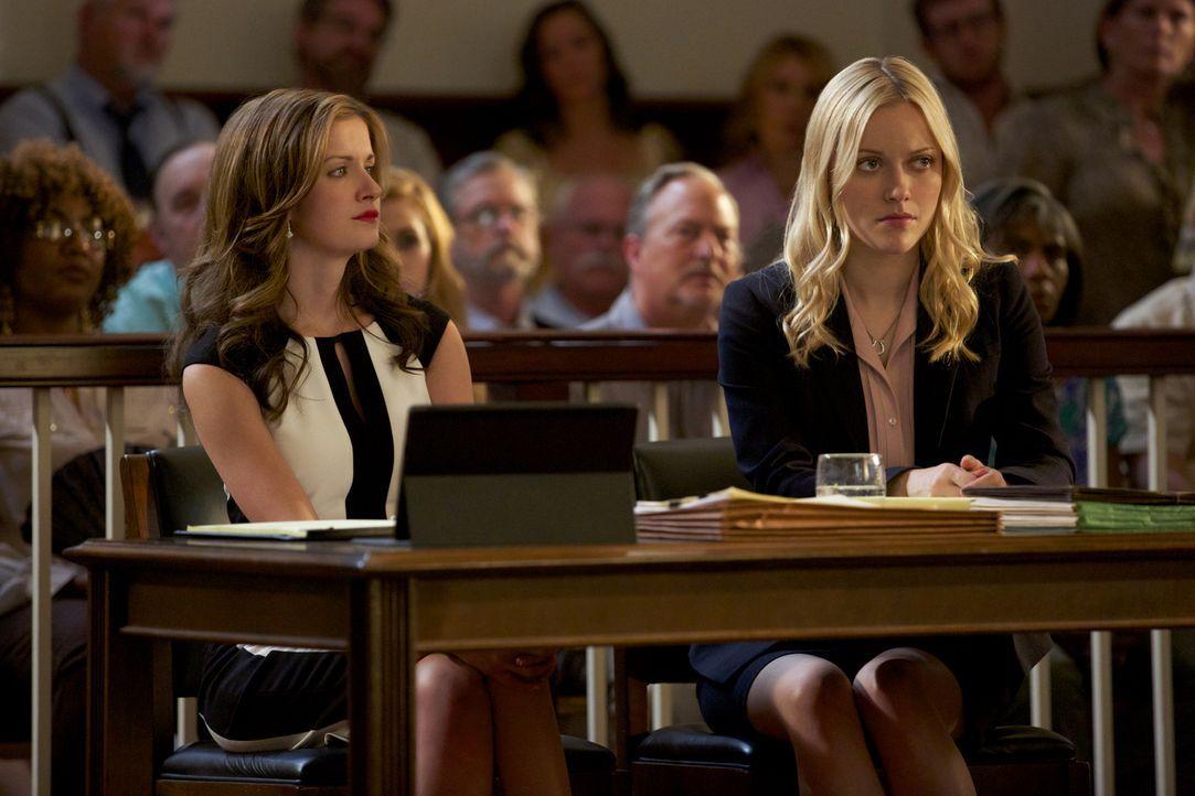 Jamie (Anna Wood, l.) tut alles, um für ihre Klientin Lee Anne (Georgina Haig, r.) ein positives Urteil zu erstreiten, aber kennt sie wirklich alle... - Bildquelle: 2013 CBS BROADCASTING INC. ALL RIGHTS RESERVED.