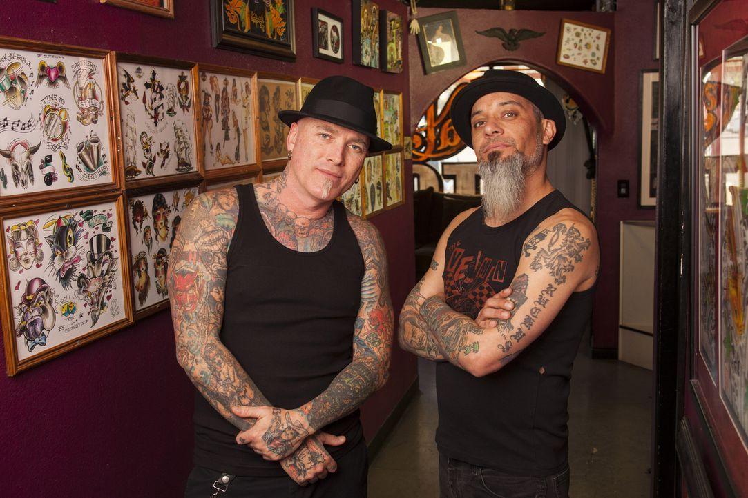 Tattoos sollen häufig schöne Erinnerungen ausdrücken, doch nicht jede Körperkunst entspricht den Erwartungen der Kunden und dann springen Dirk (l.)... - Bildquelle: Richard Knapp 2014 A+E Networks, LLC