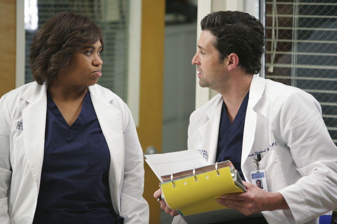 Derek (Patrick Dempsey, r.) fällt Dr. Webbers merkwürdiges Verhalten auf. Er wundert sich, warum er Bailey (Chandra Wilson, l.) alle operativen Au... - Bildquelle: Touchstone Television