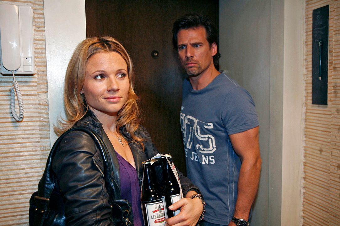 Alex (René Steinke, r.) kann es nicht fassen: Sophie (Daniela Preuß, l.) steht mit einem Sixpack vor seiner Tür. Überrascht lässt er sie herein ...... - Bildquelle: Mosch Sat.1