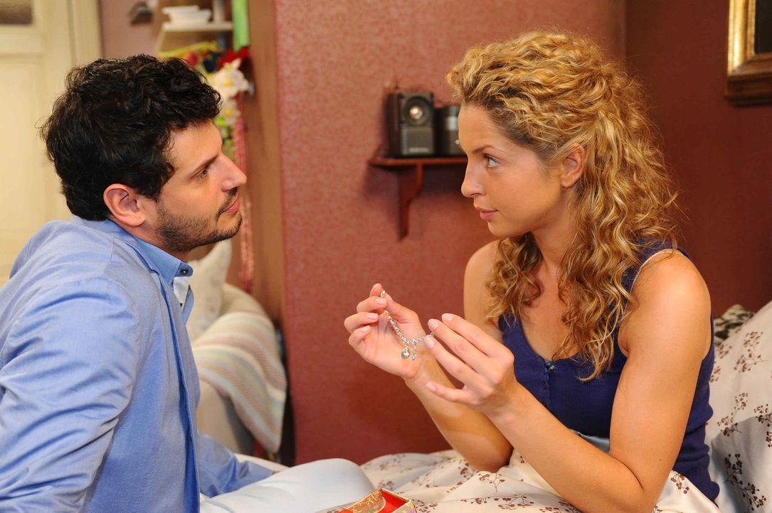 Sind überglücklich, dass alles überstanden ist: Nina (Maria Wedig, r.) und Luca (Manuel Cortez, l.) ... - Bildquelle: SAT.1