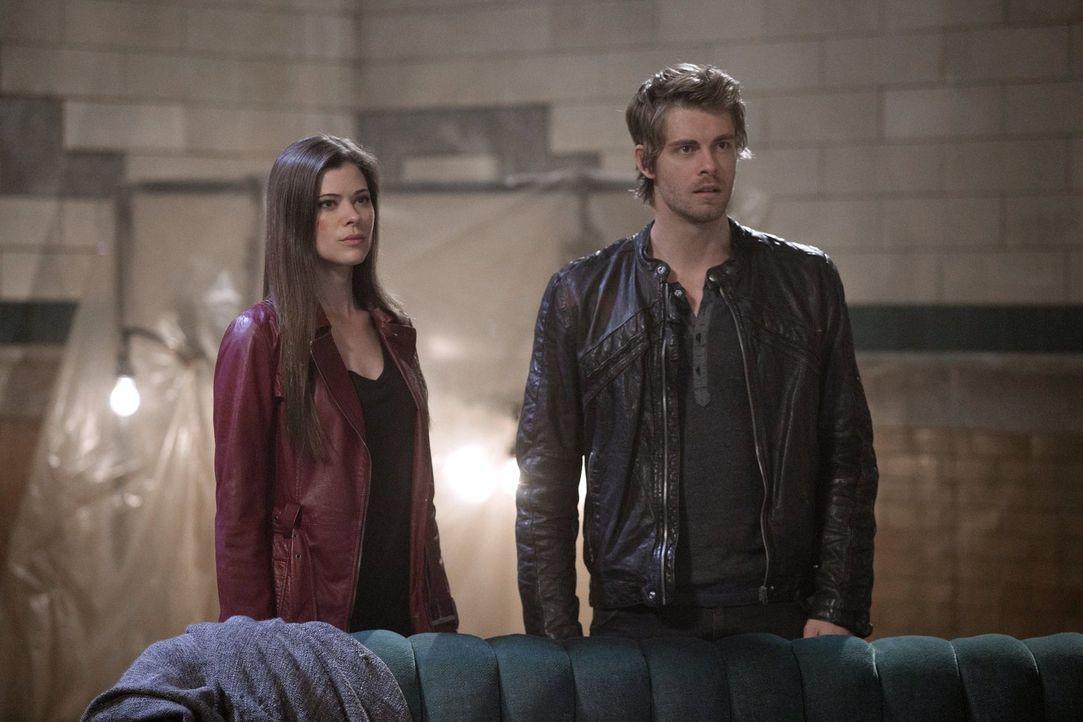 Während Cara (Peyton List, l.) sich gegen einen alten Feind wehren muss, versucht John (Luke Mitchell, r.) der verzweifelten Astrid zu helfen ... - Bildquelle: Warner Bros. Entertainment, Inc