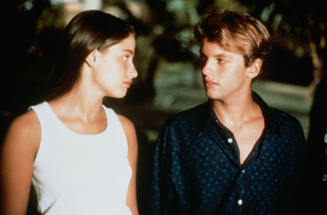 Nachdem Véronique (Marie Gillain, l.) ihren Vater als ihren Liebhaber ausgegeben hat, beißt Benjamin (Patrick Mille, r.) an und glaubt sie aus den K... - Bildquelle: TF1 Films Productions