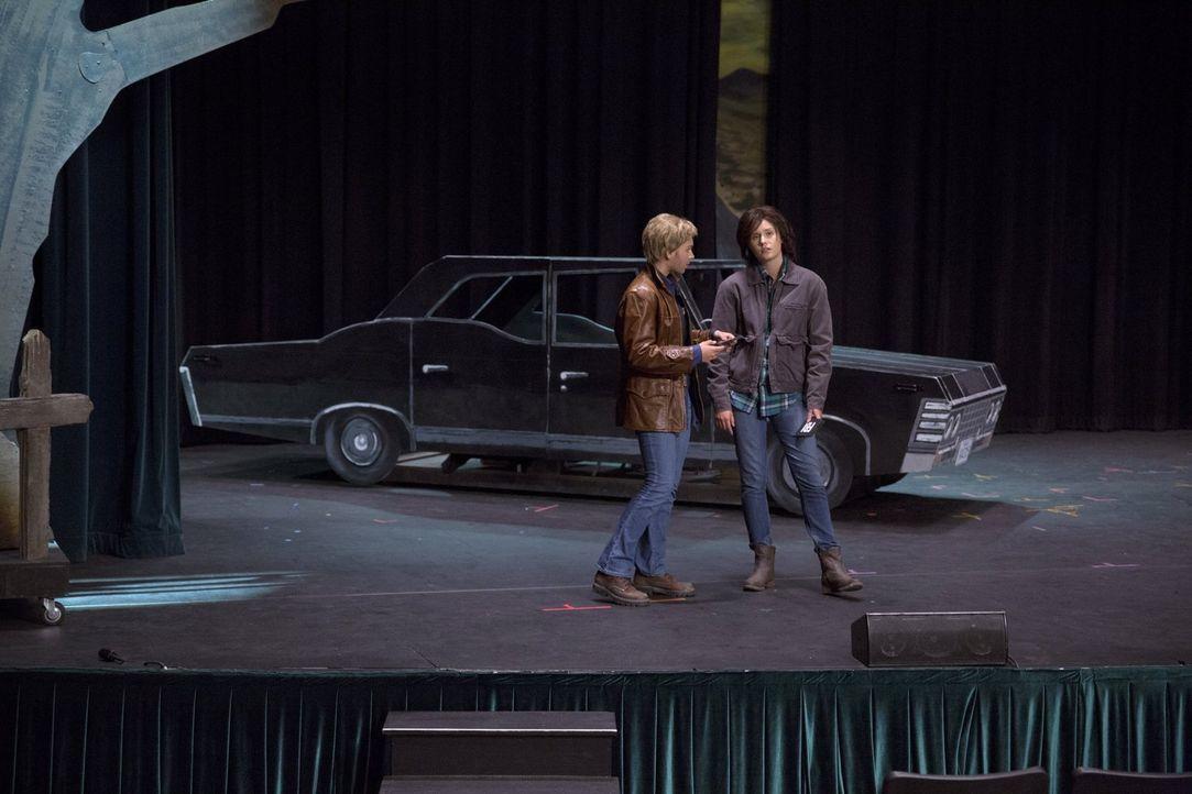 Sollen in einem Theaterstück, dessen Handlung Sam und Dean nicht wirklich gefällt, die Hauptrollen spielen: Siobhan (Alyssa Lynch, l.) und Maggie (N... - Bildquelle: 2016 Warner Brothers