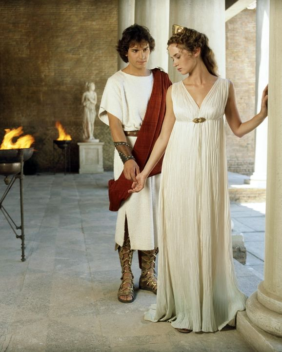 Cicero führt Octavius (Santiago Cabrera, l.) zur obersten Vestalin Camene (Emily Blunt, r.), weil diese Caesars letzten Willen aufbewahrt hat ... - Bildquelle: Hallmark Entertainment