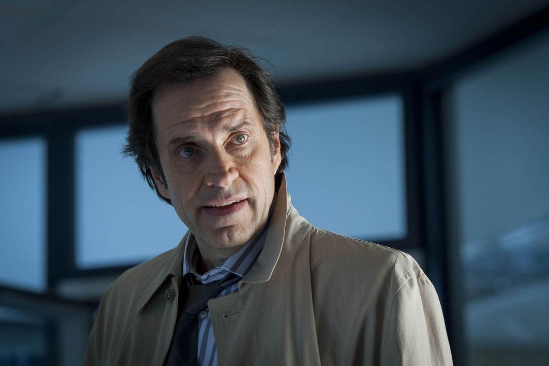 (4. Staffel) - Martin Ferchert (Helmfried von Lüttichau) weiß, dass das Verhandeln mit Journalisten nicht unbedingt seine größte Stärke. Daher übern... - Bildquelle: Martin Rottenkolber SAT. 1
