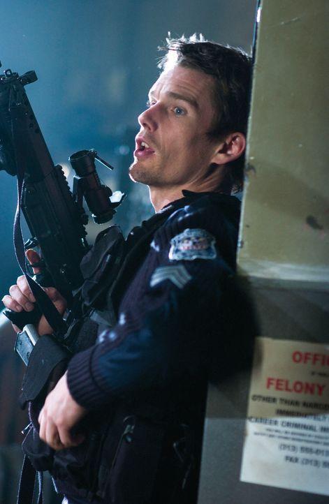 Als plötzlich Scharfschützen aus den eigenen Polizeireihen das Feuer auf die unterbesetzte Station eröffnen, bleibt dem diensthabenden Officer Serge...