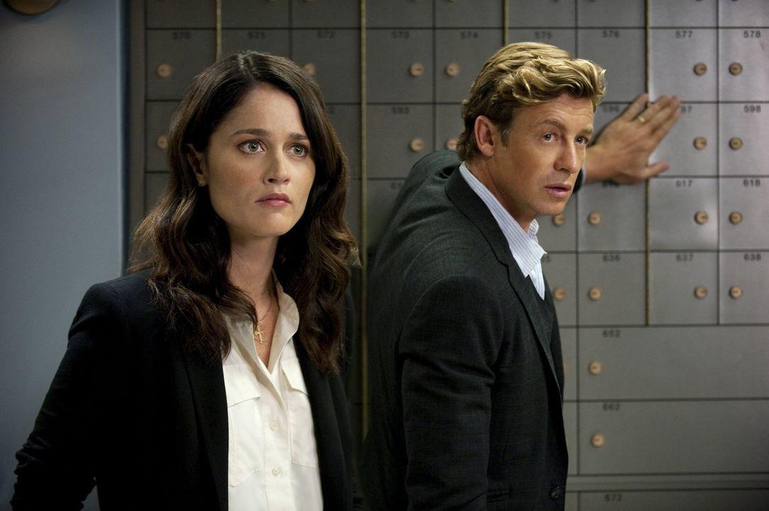 Als ein Bankangestellter während eines Raubüberfalls getötet, werden Patrick (Simon Baker, r.) und Teresa (Robin Tunney, l.) auf den Fall angeset... - Bildquelle: SAT.1