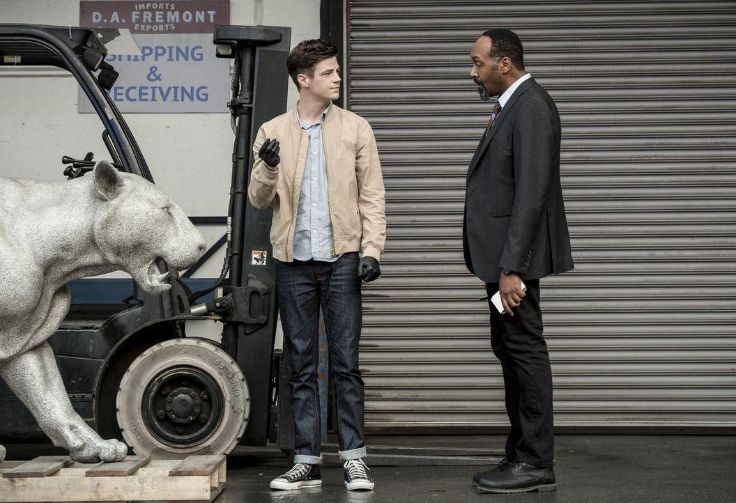 Barry (Grant Gustin, l.) und Joe (Jesse L. Martin, r.) müssen sich mit einem Mord beschäftigen, der von einem neuen Metawesen begangen wurde. Unterd... - Bildquelle: 2017 Warner Bros.
