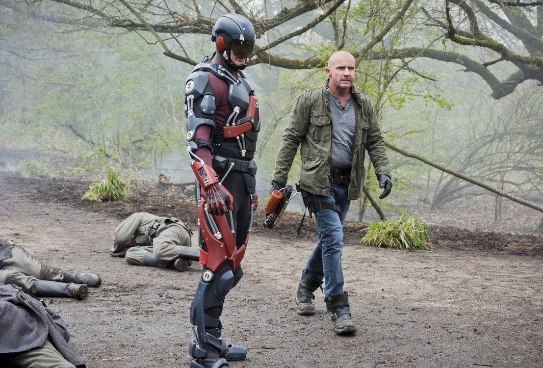 Nachdem Rip sie im Jahre 2016 zurückgelassen hat, versuchen alle in ihre Leben zurück zu kehren, doch Ray alias The Atom (Brandon Routh, l.) und Mic... - Bildquelle: 2015 Warner Bros.
