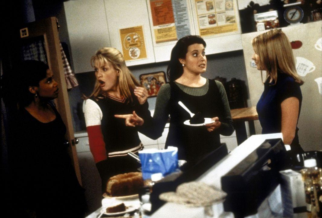 Sabrina (Melissa Joan Hart, r.) hat den Kuchen mit Wahrheitsstreuseln dekoriert. Prompt erzählt Libby (Jenna Leigh Green, M.) alle Gerüchte, die s... - Bildquelle: Paramount Pictures